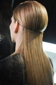 Довге розпущене випрямлені волосся відмінно виглядають в поєднанні з невеликим об`ємом біля коріння і оригінальним тоненьким обідком, що обрамляють голову по колу