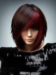 Модна креативна стрижка з косою чубчиком на густі середні волосся з мелірування