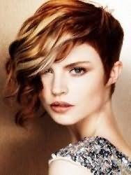 Ідея креативної жіночої стрижки з подовженою чубчиком для середніх волосся з мелірування