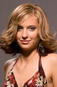 Платиновий блонд на короткій стрижці з додатковим обсягом для тонкого волосся стане хорошим варіантом для власниць зелених очей і підходить теплого кольоротипу зовнішності