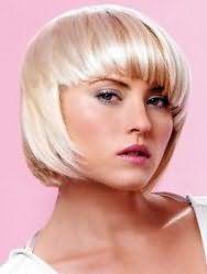 Жіноча креативна стрижка каре з густим чубчиком для середніх волосся попелястого кольору
