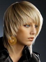 Макіяж для блакитних очей, окреслених чорними стрілками, і виділених тінями пісочного тони гармонує з помадою і рум`янами в коричневих відтінках і доповнює креативний образ дівчини з русявим кольором волосся на короткій стрижці з рваними кінцями