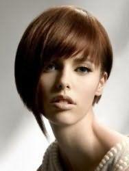 Креативна жіноча стрижка з асиметричною чубчиком для середніх волосся каштанового кольору