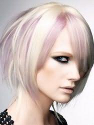 Варіант укладання емо зачіски для середніх волосся попелястого тони з колоруванням