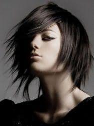 Рвана стрижка з укладкою для середніх волосся чорного кольору в стилі емо