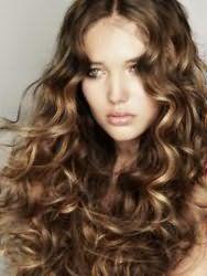 Елегантна стрижка для довгих кучерявого волосся русявого відтінку