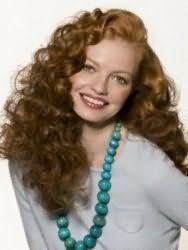Модна стрижка для довгих кучерявого волосся русявого кольору
