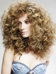 Стрижка з укладкою для довгих кучерявого волосся світло-русявого відтінку