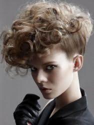 Креативна зачіска на коротких кучерявого волосся досягається шляхом невеликого начосом у верхній частині, доданню нижнім Прядка гладкості і формування штучного ірокеза