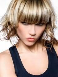 Стильна молодіжна жіноча стрижка з колоруванням і прямий густий чубчиком для середніх волосся