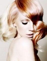 Хорошим варіантом для блондинок зі середній довжиною волосся, покладених в локони, стане колорирование мідного відтінку, яке гармоніює з макіяжем в світло-коричневій гамі