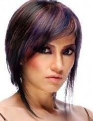 Темно-каштанове волосся на короткій стрижці з подовженими пасмами і колоруванням в коричневих і синіх відтінках поєднується з макіяжем очей чорного кольору і рожевою помадою для теплого кольоротипу зовнішності