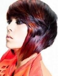 Креативна асиметрична стрижка каскад на прямому волоссі чорного кольору поєднується з колоруванням бордового відтінку і гармонує з макіяжем очей в стилі смокі айс і помадою натурального тону
