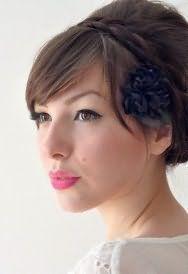 Довге пряме волосся русявого кольору в ретро-зачіски з обідком і чубчиком доповнить макіяж карих очей в блакитних тонах і помада яскравого рожевого відтінку