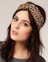 Широка пов`язка з леопардовим принтом добре вписується в зачіску на довгому волоссі темно-каштанового тони з додатковим обсягом і буде підходити власницям карих очей
