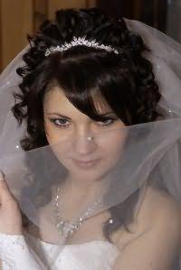 Красива весільна зачіска з чубком.