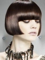 Пряме волосся каштанового кольору на стрижці боб з густим чубчиком органічно впишуться в образ, що складається з природного макіяжу для власниць світлого типу шкіри