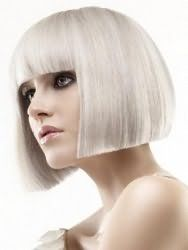 Стрижка каре з прямою густий чубчиком для волосся попелястого відтінку