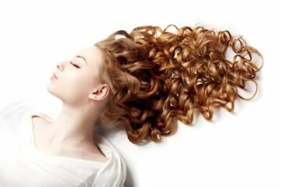 Трохи більше уваги локонам, і зачіска органічно доповнить ваш образ