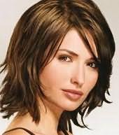 Стильна модельна зачіска «Драбинка» з косою чубчиком