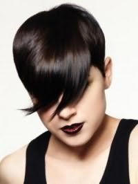 Коротка креативна стрижка з подовженою косою чубчиком для короткого волосся чорного кольору