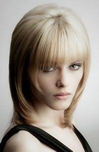 Відмінним варіантом для тонкого волосся стане стрижка шапочка з довгими пасмами і короткою рваною чубчиком, яка стане ідеальним варіантом для пасом каштанового кольору