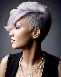 Ефектна зачіска емо для короткого волосся попелястого тони з подовженою чубчиком