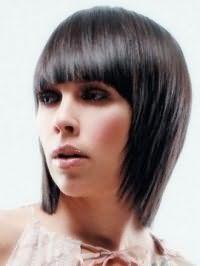 Креативна молодіжна стрижка з густим чубчиком для прямого волосся середньої довжини темно-каштанового відтінку