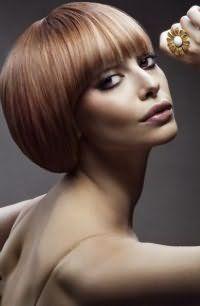 Стрижка для прямих тонких волосся каре з рівною чубчиком добре доповнюється колоруванням в світлих тонах і поєднується з сірими тінями для очей і помадою бузкового відтінку