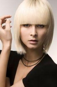 Прямі пасма відтінку блонд на стрижці для тонкого волосся з рівною чубчиком доповнять денний макіяж в натуральних тонах і будуть відповідним варіантом для власниць теплого кольоротипу зовнішності