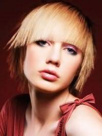 Стильна креативна стрижка з прямою чубчиком для прямого волосся світло-русявого відтінку
