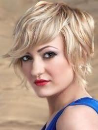 Рвана стрижка з укладкою для блондинки з волоссям середньої довжини