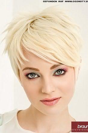 Креативна стрижка з чубком на бік на тонкі середні волосся мідного відтінку