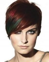 Емо стрижка для короткого волосся червоного відтінку з косою чубчиком