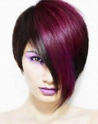 Оригінальна укладання емо зачіски для чорного волосся з косою чубчиком фіолетового кольору