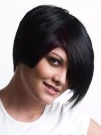 Модна креативна стрижка з косою чубчиком для середніх волосся чорного відтінку