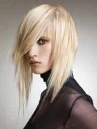 Жіноча креативна стрижка з асиметричними пасмами і косою чубчиком на довге світле волосся