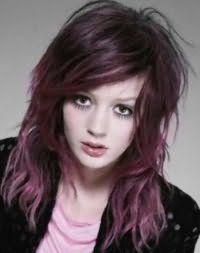 Варіант емо зачіски для довгого волосся фіолетового відтінку з подовженою чубчиком на бік