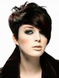 Жіноча креативна стрижка з косою чубчиком і мелірування для короткого волосся чорного кольору
