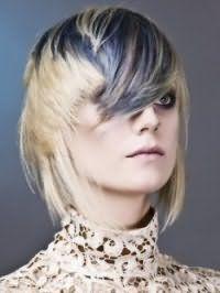 Оригінальна рвана стрижка для світлих середніх волосся з освітленої чубчиком
