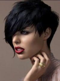 Гарний спосіб укладання рваною стрижки на коротке волосся чорного тону