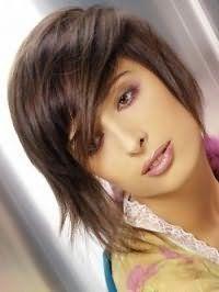 Рвана стрижка з асиметричною чубчиком для волосся середньої довжини