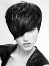 Ідея креативної стріжкіс асиметричною чубчиком на коротке темне волосся