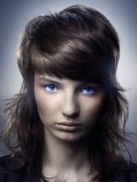Емо стрижка для довгого волосся темно-каштанового відтінку з густим чубчиком на бік