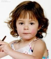 Дитяча стрижка з чубком для дівчинки