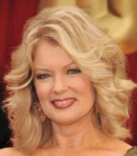 Дуже ніжна і жіночна зачіска, яка робить молодше. Волосся діляться на не чіткий бічний проділ, начісуються біля коріння і укладається в легені локони. Зачіска стане відмінним варіантом для блондинок з середньою довжиною волосся.