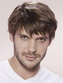 Русявий колір волосся на короткій рваною стрижки з чубчиком добре гармонує з очима сіро-зеленого відтінку і вписується в повсякденний образ стильного чоловіка