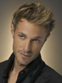 Креативна стрижка з рваними кінцями, укладена в стильну зачіску, чудово виглядає з русявим кольором волосся, який поєднується з блакитними очима