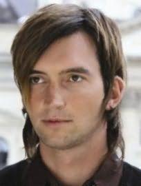 Для володарів темно-русявого кольору волосся хорошим варіантом стане чоловіча стрижка драбинка, що відкриває вуха, на середню довжину з подовженою чубчиком і бічним проділом