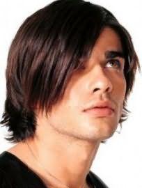 Романтичний образ створює чоловіча стрижка на середню довжину волосся з чубчиком на один бік і рваними кінцями, підходить хлопцям з теплим цветотипом зовнішності і карими очима